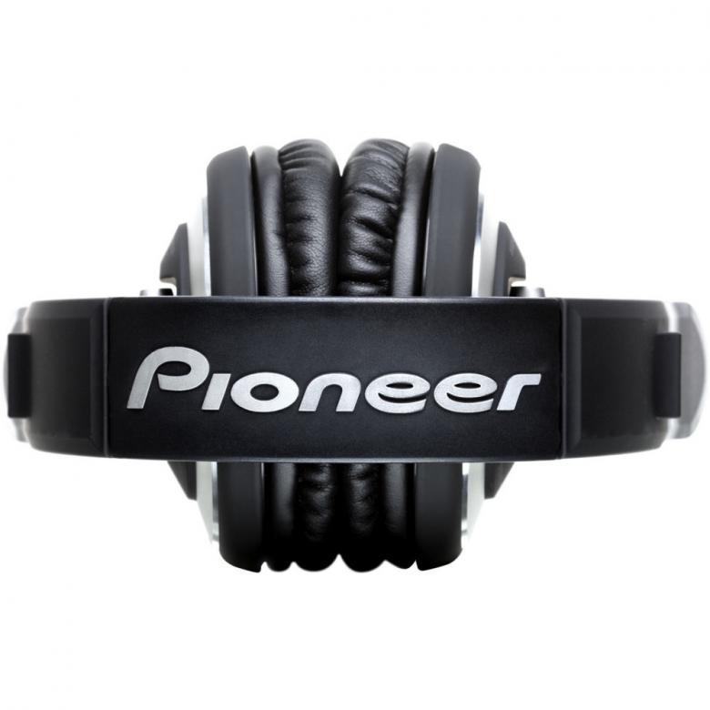 PIONEER HDJ-2000 Huippu DJ kuuloke. New Flagship Professional DJ Headphones! Kestävät laatukuulokkeet DJ-ammattilaiselle, HDJ-2000 toistaa puhdasta ääntä, PRO-DJ-Tuote!laatukuulokkeet DJ-ammattilaiselle, HDJ-2000 toistaa puhdasta ääntä, PRO-DJ-Tuote!.HDJ-2000K-kuulokkeiden 50-millimetriset elementit ja tehokkaat magneetit tekevät äänen resoluutiosta bassoista diskantteihin ihanteellisen studiokäyttöön. Kuulokkeet pystyvät vastaanottamaan tehoa jopa 3 500 milliwattia, mikä käytännössä estää säröytymisen pitkäkestoisellakin lujalla äänenvoimakkuudella. Resonanssihäiriöt puolestaan estää kuulokkeiden jämerä rakenne.