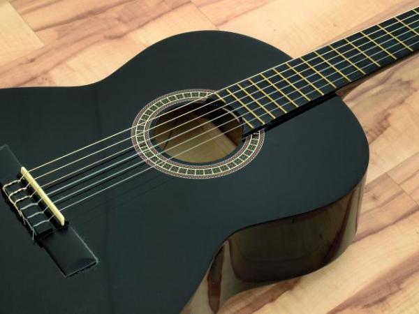 DIMAVERY AC-E300 Loistava Elektroakustinen kitara musta. jonka voit liittää vahvistimeen tai soittaa muuten vaan normaalin akustisen tapaan, Classical EA-Guitar 4/4,black, musta täysimittainen kitara!