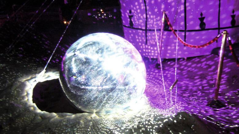 EUROLITE 150cm Peilipallo, eli discopallo, korkealaatuinen. Sopii koti- ja ammattikäyttöön. Ilman pyöritysmoottoria, jonka voi hankkia erikseen, katso yhteensopivat tuotteet. paino 46kg.