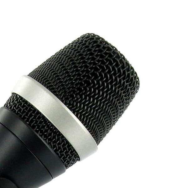 AKG D5 Dynaaminen ammattitason mikrofoni laulu- ja taustalaulukäyttöön lavalla. Tämä mikrofoni on erittäin laadukas ja soveltuu artisti käyttöön, korkeatasoiseen karaoke laulamiseen ja laatua haluaville juontajille. Toimitetaan ilman kaapelia. Suunta kuva super kardioidi. sis. bagin ja mirofoniteline kiinnikkeen.