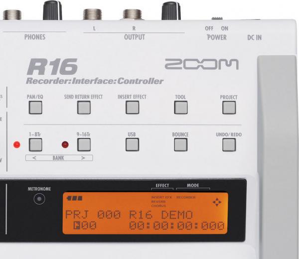 ZOOM R16 Moniraitatallennin-16-raituri SD-muistikorttitoiminen, 8 mikkietuastetta, interface ja controller- ominaisuudet, USB2! Sisäänrakennettu prosessori tarjoaa runsaasti efektejä kitarasäröistä aina masteroinnin tarpeisiin saakka. R16 toimii myös audiointerfacena USB2-väylän kautta eli voit käyttää sitä yhdessä lähes minkä tahansa sekvensseriohjelman äänirautana tai halutessasi kontrollerina esimerkiksi miksaten projektisi R16:a liu´uilla. Tarjolla on mahdollisuus myös kahden laitteen synkronoituun käyttöön.