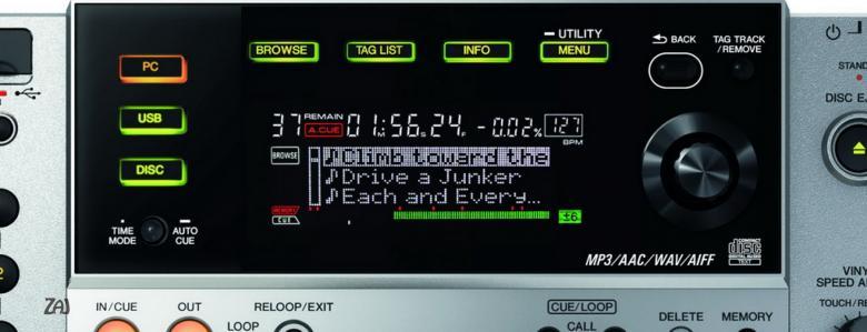 PIONEER CDJ-850 DJ CD-soitin. CDJ-850 toimii myös kontrollerina, PRO-DJ-Tuote! Korvaamalla CDJ-800MK2-mallin CDJ-850 tarjoaa muutamia tärkeitä parannuksia edeltäjiinsä nähden. Tämä dekki on suunniteltu tuntumaan ja toimimaan kuten CDJ-900 tai CDJ-2000 ja siinä on rekordbox-valmius, mutta kuitenkin se pysyy kohtuuhintaisena. Se on myös yhteensopiva rekordboxin kanssa, mikä tarkoittaa, että käyttämällä ilmaista rekordbox-ohjelmistoa, voit etukäteen valmistella ja hallita kappaleita tietokoneellasi, jotta dj-setistäsi tulee erityisen sujuva. Mutta voit myös luoda helposti settisi lennossa. Tagiluettelo-ominaisuudella voit soittaa 20 tai jopa usempaa kappaletta eteenpäin. CDJ-850:n ainutlaatuisena ominaisuutena on se, että voit jopa lisätä, poistaa ja vaihtaa kappaleiden järjestystä luettelossa. Aaltonäytöltä näet kappaleiden huiput ja pudotukset, mikä tekee miksauksesta kappaleiden välillä sujuvaa.