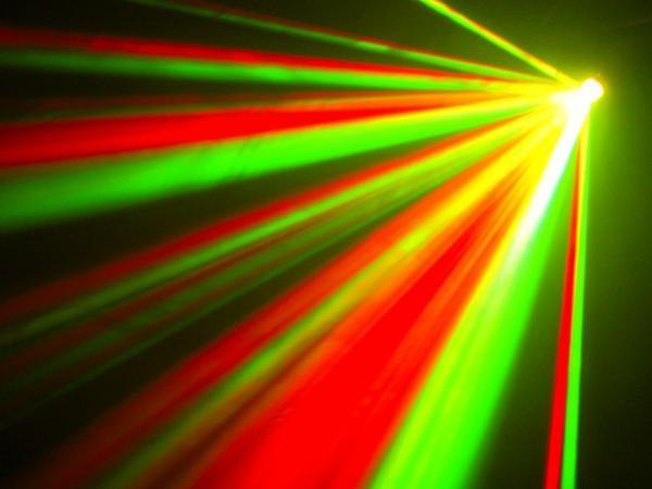 EUROLITE LED FE-30 Flower Effect TCL, Sädekimppuefekti LED-teknologialla!!! LED-valoefekti näyttävällä matriisilla. Pitkä LEDien käyttöikä 50000- 100000 tuntia, ei lamppujen vaihtoa! Myös keikkailevat tiskijukat sekä clubit voivat ottaa helposti tämän tyyppiset valot käyttöönsä. Kytke vain virta ja monipuoliset musiikin kanssa ohjatut ohjelmat saavat tanssilattiasi elämään!!! Kompakti koko 180 x 180 x 150 mm ja paino 1,5Kg.