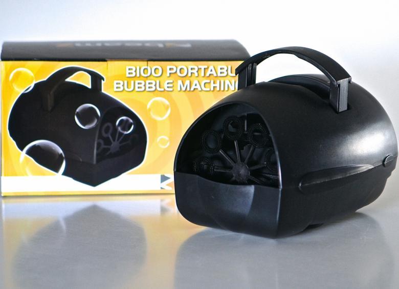 BEAMZ B100 kannettava pieni saippuakuplakone bubble machine on erittäin pienikokoinen. Saippuakuplakone  harraste käyttöön tai lapsille. Toimii virtalähteellä, joka on mukana tai paristoilla koko C, jotka on tilattava erikseen. Mitat 215 x 175 x 150mm sekä 590g.
