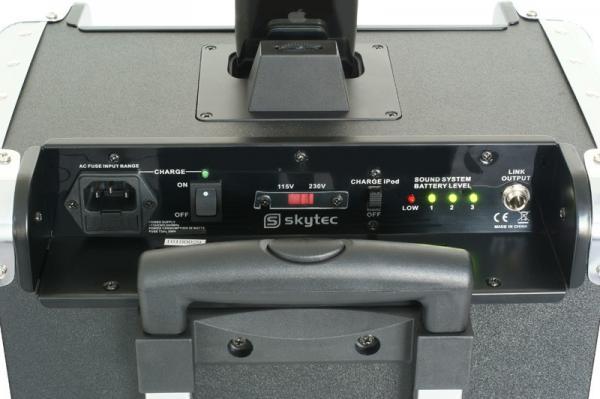 SKYTEC PA-201 for iPod® 200W Siirrettävä Aktiivi kaiutinjärjestelmä akkukäyttöinen, USB / SD. Voit kiinnittää mikrofonin, CD-soittimen, Mp3-soittimen linja sisäänmenoon rca liittimillä, ulostulo- linkki muille aktiivikaiuttimille. Tämä tuote on loistava vaikka liikunnanohjaajille, joiden pitää siirtää järjestelmää mukanaan. Jopa 4h käyttöaika sekä 8-10h valmius yhdellä latauksella, riippuen äänen voimakkuudesta.    Kevyt kuljettaa, koska näppärä kanto/ vetokahva sekä pyörät alla, paino vain 12.5 kg.