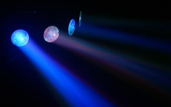 BEAMZ Mini 4 Head Moon LED-valoefekti 72kpl näyttäviä sinisiä, punaisia sekä vihreitä ledejä muodostavat upean valoshown neljän linssin kautta. Valoefektissä on sisäänrakennettu mikrofoni joka tunnistaa basson musiikista ja pyörittää ohjelmia sen mukaan. Voit säätää mikrofonin herkkyyttä laitteen takana olevasta sensitivity säätimestä. Mitat 310 x 125 x 255mm  ja paino 2,5kg.