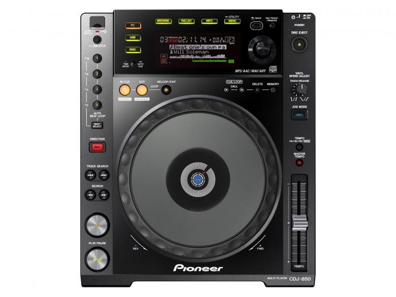 PIONEER CDJ-850K DJ CD-soitin musta toimii myös kontrollerina, PRO-DJ-Tuote, korvaamalla CDJ-800MK2-mallin CDJ-850 tarjoaa muutamia tärkeitä parannuksia edeltäjiinsä nähden. Tämä dekki on suunniteltu tuntumaan ja toimimaan kuten CDJ-900 tai CDJ-2000 ja siinä on rekordbox-valmius, mutta kuitenkin se pysyy kohtuuhintaisena. Se on myös yhteensopiva rekordboxin kanssa, mikä tarkoittaa, että käyttämällä ilmaista rekordbox-ohjelmistoa, voit etukäteen valmistella ja hallita kappaleita tietokoneellasi, jotta dj-setistäsi tulee erityisen sujuva. Voit myös luoda helposti settisi lennossa. Tagiluettelo-ominaisuudella voit soittaa 20 tai jopa usempaa kappaletta eteenpäin. CDJ-850:n ainutlaatuisena ominaisuutena on se, että voit jopa lisätä, poistaa ja vaihtaa kappaleiden järjestystä luettelossa. Aaltonäytöltä näet kappaleiden huiput ja pudotukset, mikä tekee miksauksesta kappaleiden välillä sujuvaa.