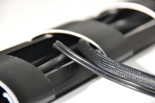 POISTO Bosscom Kaapelisuoja Työpöytiin CLIK´n and SLIDE halkaisija 50mm musta 1,5m pätkä, Cable Cover 50mm, 1,5m.Bosscom tarjoaa laajan valikoiman laadukkaita kaapelisiltoja/ suojia, joita voi käyttää lattiassa seinässä ja katossa. Tuotteet ovat erittäin kestäviä ja pinnotteita on useissa eri väreissä. Useita tuotteita saatavilla heti ja erikoisväreissä on noin 1- 2 viikon toimitusaika. Laita kaapelit piiloon tyylillä! Eri kokoja saatavilla, tässä yleisimmät leveydet.