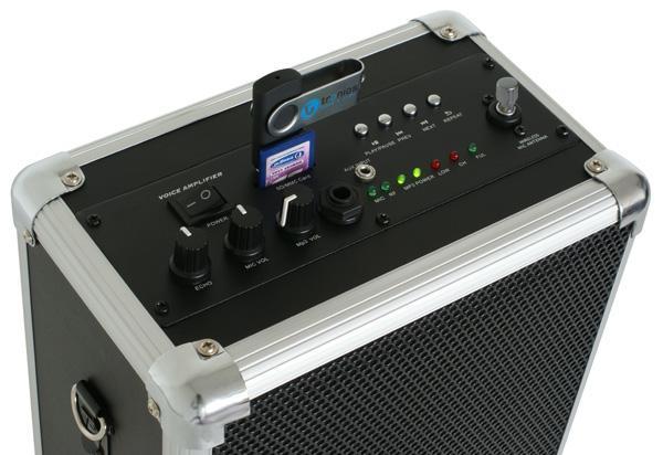 POISTO SKYTEC ST-030 MINI Siirrettävä Aktiivi kaiutin järjestelmä akkukäyttöinen USB soittimella ja langattomalla mikrofonilla sekä vahvistimella! Vain 3.45kg. Voit kiinnittää mikrofonin (mukana langaton),  Tämä tuote on loistava vaikka ohjaajille, esittelijöille, oppaille, joiden pitää siirtää järjestelmää mukanaan. Jopa 4h käyttöaika sekä 6-8h valmius yhdellä latauksella, riippuen äänen voimakkuudesta. Kevyt kuljettaa, koska näppärä olkahihna, paino vain 3.45 kg sekä mitat 138 x 220 x 310mm.