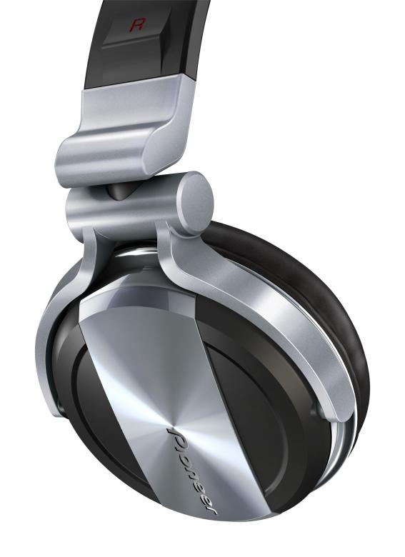 PIONEER HDJ-1500S Hopea DJ kuuloke on huippulaatua, PRO-DJ-Tuote. Pioneerin huippukuulokkeet loistavalla äänenlaadulla ja äänenpaineella.Uskomaton äänenlaatu  Huippulaatuisten komponenttiensa ansiosta HDJ-1500 tuottaa täydellisen tasapainoisen äänen kaikilla taajuuksilla.  Kuulokkeissa on kuparipäällysteiset alumiiniäänikelat, suuret 50 mm:n kaiutinelementtiyksiköt, ohuet maamagneetit ja 38μm:n paksuiset kalvot, ja siksi ne pystyvät toistamaan matalat bassoäänet erittäin tarkasti sekä tuottamaan selkeät matalien  keskitason taajuuksien äänet, kuten potkut ja virvelirummut.  Äänentuottotasot ovat 1 dB suuremmat kuin HDJ-1000-kuulokkeissa ja matalampi impedanssi parantaa herkkyyttä entisestään.