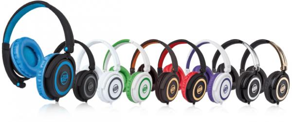 RELOOP RHP-5 GOLD RUSH Laadukas kuuloke mikrofonilla, joka on iPhone® yhteensopiva! Voit siis puhua puhelimella ottamatta kuulokkeita pois! Reloop ylpeänä esittelee RHP-5 kuuloke sarjan sisäänrakennetulla iPhone ohjauksella. Kompakti sekä kevyt, mutta siitä huolimatta jykevä rakenne, laadukas soundija myös hinnaltaan sopivat. Pyörivät kuulokkeet sekä taitettava muotoilu helpottavat kuljetusta. Tämä kuuloke pitää sisällään mikrofonin ja vastaus sekä vaimennus kytkimet. Toimii älypuhelinten kanssa kuten iPhone. Kuulokkeen johdossa on näppärä volumen säätö sekä paidankaulus clippi, jonka avulla saat mikin kuulumaan hyvin. Tässä kuuloke mallissa on laadukkaat elementit, jotka tuottavat upean bassotoiston sekä heleät diskantit.