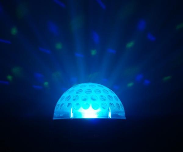 VUOKRAUS Vuokraa Magic Jelly DJ Ball Multicolour valoefekti Musiikki/ automaatti ohjattava! 3x 3W RGB. Uudet LED efektit korvaavat perinteiset Flower efektin monipuolisuudellaan. Pitkä LEDien käyttöikä 50000-tuntia, ei lamppujen vaihtoa! Myös keikkailevat tiskijukat sekä clubit voivat ottaa helposti tämän tyyppiset valot käyttöönsä. Kytke vain virta ja monipuoliset musiikin kanssa ohjatut ohjelmat saavat tanssilattiasi elämään! Mitat 185x185x185mm, Paino 0.65kg. </br> </br> <B>Hinta laite/vrk - EI VOI TILATA NETTIKAUPAN KAUTTA</br> Tilaus puhelimitse: (09) 342 4220 tai sähköpostitse webshop(at)discoland.fi</B>