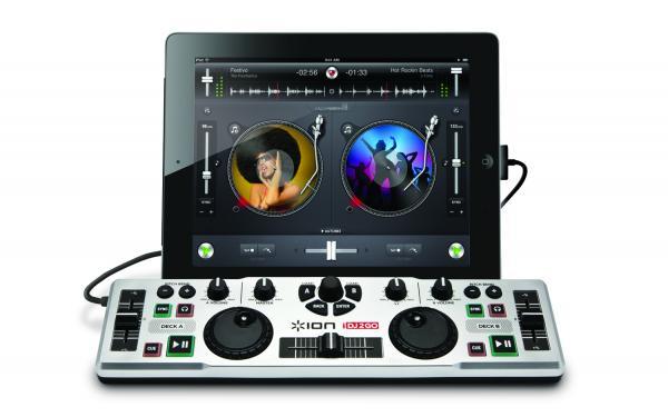IONAUDIO DJ2GO DJ-kontrolleri to GO, joka on maailman helpoin mukaanotettava softa-ohjain sis. softan! Ionaudio DJ2Go on pieni mutta varsin pätevä DJ-ohjain, jonka avulla voit hallita lähes kaikkia DJ-ohjelmistoja perinteisillä säätimillä jonka tuntoon näppäimistö ja hiiri ei yksinkertaisesti vain pääse. DJ2Go painaa vain 370 grammaa, mutta silti tähän pieneen ihmeeseen on mahdutettu 2 jog wheel-säädintä, crosfader-liuku, pitch- ja gain-säätimet ja muut tarvittavat painikkeet mitä löytyy yleisesti 2-pesäisistä CD-soittimista. DJ2GO-ohjaimen avulla voit ladata kappaleita kummallekkin deckille ja synkronoida kappaleet keskenään koskematta tietokoneeseesi.