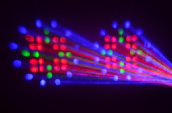 BEAMZ NOMIA SC-LED tupla flower-valoefekti Uudet LED efektit korvaavat perinteiset Flower efektin monipuolisuudellaan. Musiikki-ohjattu neliväri-LED tupla-valoefekti joka luo erittäin kirkkaita punaisia, vihreitä, sinisiä sekä valkoisia kuvioita. Vakuuttava valoteho voimakkaiden LEDien ansiosta. Ihanteellinen mobiili-DJ:lle sekä asennuksiin pieniin tiloihin. Pitkä LEDien käyttöikä 50000-100000 tuntia, ei lamppujen vaihtoa! Mitat 240 x 270 x 148mm Paino 1.65kg