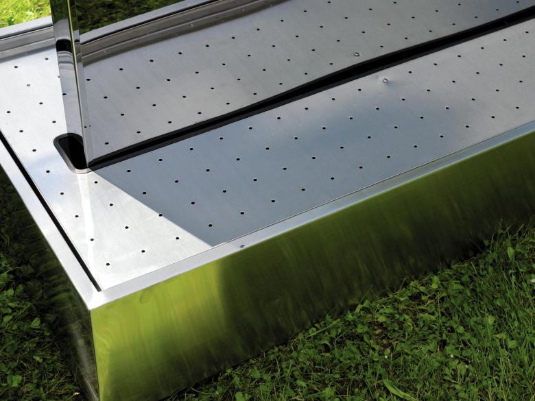 EUROPALMS Vesiputous XXL-koko 1000x60x1600mm. Vesiputous ruostumattomasta teräksestä. Soveltuu sisä sekä ulkokäyttöön. IP X8, eli voidaan käyttää Suomen oloissa ulkona kesäkautena sekä sisällä läpi vuoden. Vesisäiliöön mahtuu 240 litraa vettä ja kanta osan koko on 1200 x 600 x 250 mm sekä itse putousosan mitat 1000 x 60 x 1600 mm. Vesiputous on kaksipuolinen, eli voidaan sijoittaa tilanjakajaksi. Mukana 2kpl pumppuja. Voidaan säätää virtausnopeutta säätö venttiilillä. Soveltuu sisääntuloihin, näyttelyihin, tapahtumiin sekä keskipisteiksi isoihin asuntoihin.