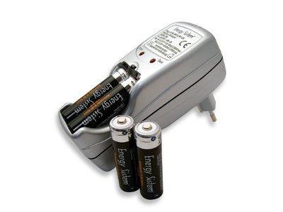 ENERGYSISTEM UNIVERSAL Charger, Yleismallin AA/ AAA akkulaturi+ 4 kpl AA 1800mAh ladattavia paristoja mukana!