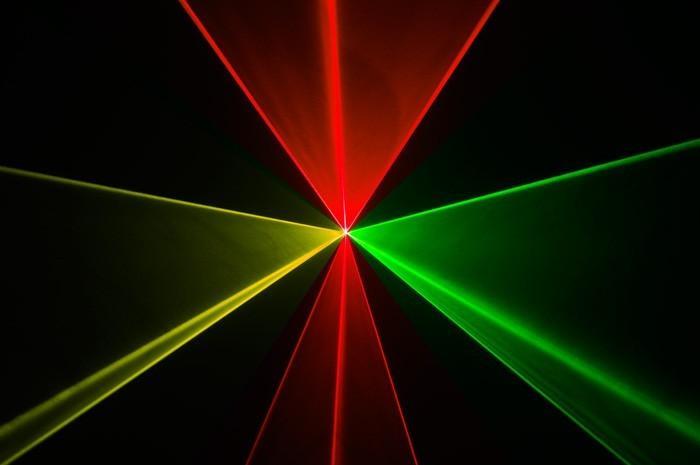 BEAMZ LS-FBRG15 Fat Beam laser RED-GREEN DMX, Huikean TEHOKAS FAT BEAM laser, antaa säteitä sekä kuvioita. Tämä laser on paksuilla säteillä ja näkyy jopa ilman savua.Punainen laser 300mW, Vihreä Laser 120mW Automaatti tai ääniohjaus, Sisäänrakennettu tuuletin, DMX ohjaus 9 kanavaa. Mitat n. 250x200x90mm.