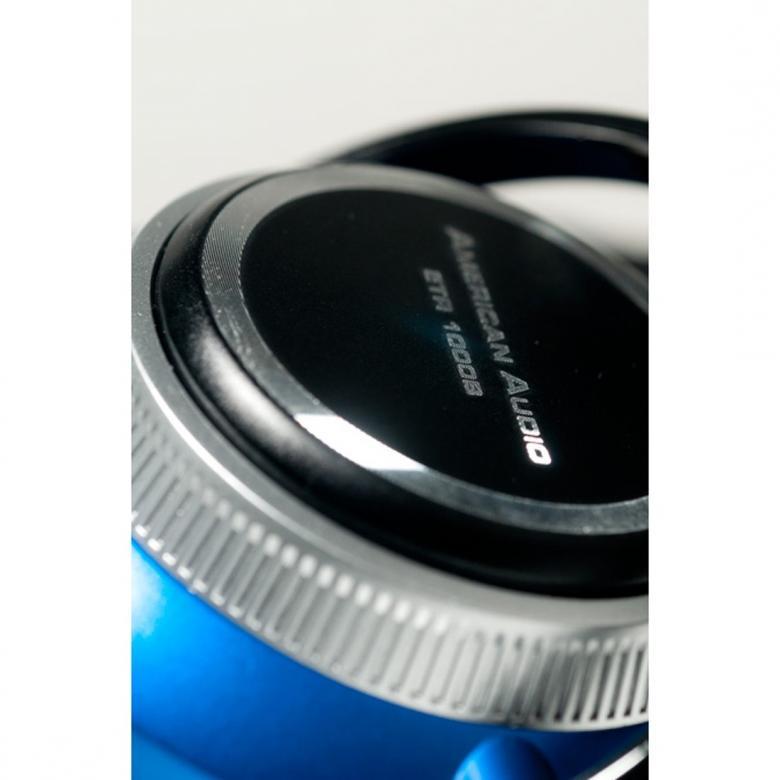 ADJ ETR1000 Blue DJ-kuulokkeet DMC, on moninkertaisen (4x) DMC-mestarin DJ Etronicon suunnittelemat kuulokkeet tiskijukille ja tanssimusiikista pitäville kunnon bassolla.  Kevyet kuulokkeet erittäin paksuilla tyynyillä (nahkaa) koteloivat korvasi ja eristävät sinut täysin muusta ympäristöstä, leveä säädettävä sanka takaa huippu istuvuuden.  Oikeasti, hanki nämä itsellesi heti, sillä potkua piisaa ja soundit on kohdallaan.