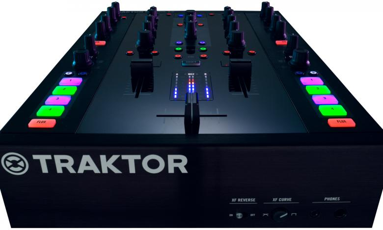 NATIVE INSTRUMENTS Traktor Kontrol Z2 2+2 DJ-mikseri Kontrol Z2. 2-kanavainen Stand-alone mikseri kahdella remix-kanavalla mahdollistaa yhteensä neljän kanavan ohjaamisen Traktor Pro 2 -ohjelmistolla. Toimitetaan Traktor scratch pro 2 softalla sekä aikakoodi levyillä! Sisäänmenot: Phono/Line in, AUX, Mikrofoni jack. Mitat 272 x 388 x 109mm sekä paino 5,1kg.