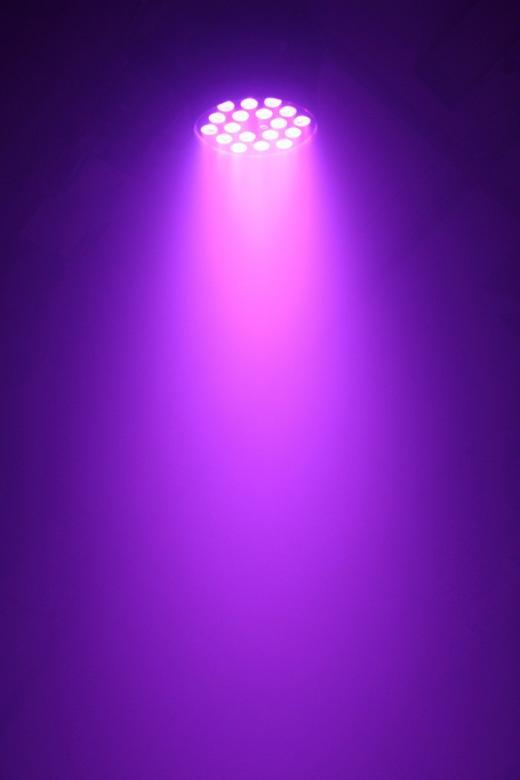 POISTO BEAMZ LED PAR 64 Spotti 18x 10W Quad LED IR Tässä 7-kanavaisessa DMX valoefektissä on 18x 10W LEDiä ja se on rakennettu PAR 64 valonheittimen runkoon. Quad color-teknologian ansiosta tässä valossa on kahdeksantoista 4-in-1 LED moduulia, joten sinulla on mahdollisuus RGBW värisekoittamiseen! Valo on erikoisesti suunniteltu rikastamaan pesu-mahdollisuuksia ja takaamaan valon parempi levitys. Esi-ohjelmoiduilla efekteillä ja strobo/himmennys-toiminnolla voit luoda hämmästyttävän valoshown. Laite on ketjutettavissa ja mukana tulee IR-kauko-ohjain.