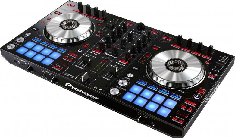 PIONEER DDJ-SR DJ-kontrolleri Pioneer PRO-DJ-1-laitteista lainatut optimoidut äänikytkennät master-lähtöalueella takaavat huippulaatuisen äänen, joka on ollut ylivoimainen voittaja kuuntelutesteissä, nämä yhdistettynä Serato DJ professional software ääniominaisuuksiin varmistaa huippuäänentoiston! Mitat Leveys 55.3cm, syvyys 32.00cm. DDJSR.