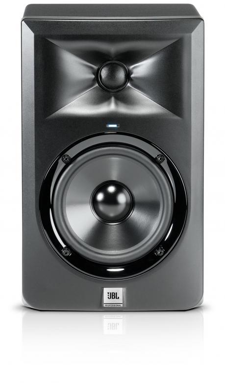 JBL LSR305 Aktiivi lähikenttämonitori. 1kpl, Huima 108dB äänenpaine. Huom. 1kpl! Huikea äänen paine kristallinkirkas soundi. 2 vahvistinta 2x 41W bassolle sekä yläpäälle. Sisäänmeno XLR balansoitu tai TRS Plugi balansoitu. Tämä soveltuu kotistudioon, DJ käyttöön tai musiikin kuunteluun! Mitat 298 mm x 238 mm x 251 mm sekä paino 4.6kg /kpl.