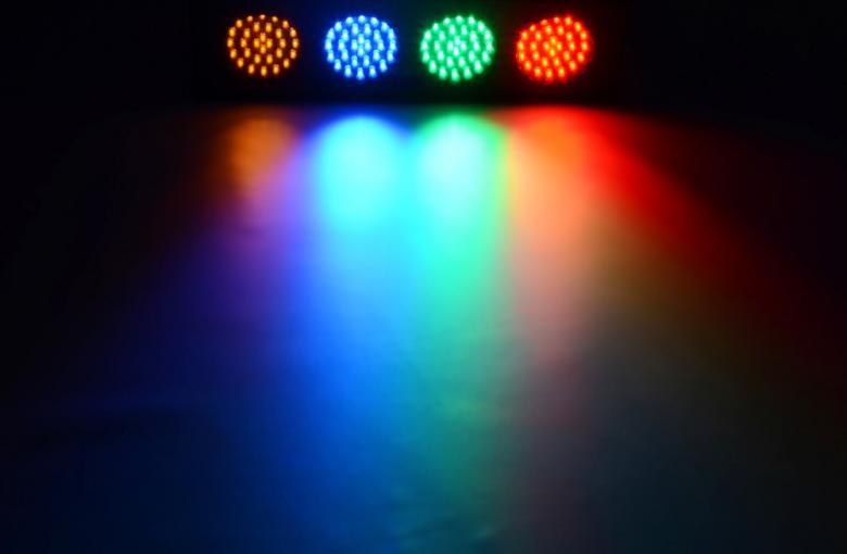 BEAMZ DJ Bank 120 LEDIÄ 4-kanavainen LED-valourku. Hauska valourku kotiin tai firman bileisiin, laite on helppo käyttöön ja portaattomalla musiikkiohjauksen säädöllä saat valot vilkkumaan musiikin tahtiin jokaisessa tilanteessa. - 4 kpl spottia, jotka eivät tuota lämpöä nimeksikään, silti yllättävän kirkkaita. Pieni sähkökulutus, Mikrofoni sisäänrakennettu, Herkkyyden säätö, musiikin mukaan säädettävissä. Valmis käyttöön suoraan paketista. Mitat 400 x 150 x 100mm Paino 1.6kg <br /><br />