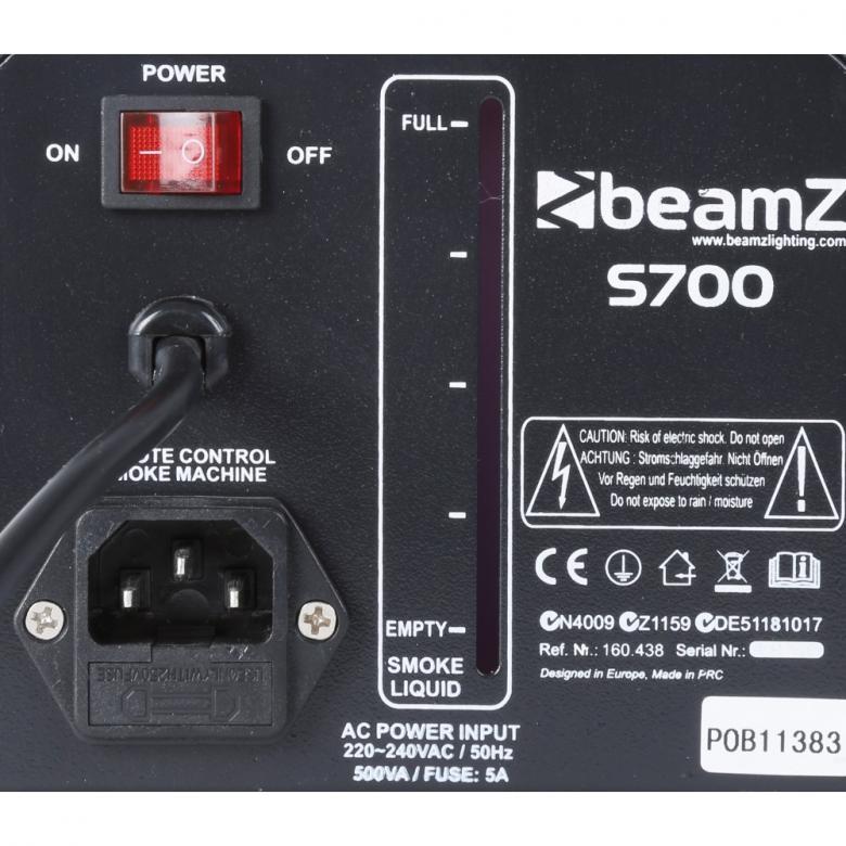 BEAMZ S700 Pieni Savukone 700W, joka tuottaa kohtuullisesti savua, 700W:n lämmitin. Sis. 500ml savunestettä. Pieni, mutta pippurinen savukone. Laita töpseli seinään ja lataa neste ja viiden minuutin kuluttua laite on valmiina käyttöön! Tuote soveltuu lähinnä pieniin tiloihin sekä kotibileisiin! Hauska elementti ja kiinnostavuus on taattu! Mitat 250 x 160 x 140mm  ja paino 2,5kg. Tuotto 75m3.