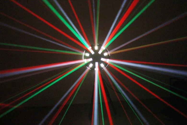 BEAMZ Mushroom 3x 3W RGB LED LED sieni efekti. Sininen-punainen ja vihreä LED, todella UPEA RGB valoefektit korvaavat perinteiset Flower efektin monipuolisuudellaan.  mitat 270 x 270 x 380mm  sekä paino 3,0kg. laitteessa on musiikkiohjaus, joka tunnistaa basson sykkeen, herkkyyttä voidaan säätää takana olevasta säätimestä.