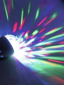 EUROLITE LED BC-1 Näyttävä LED-flower Jelly polttimo E-27 lampun kantaan. Pieni valoefekti, flower led valolähteellä. Soveltuu kotikäyttöön, pubeihin, pienille tanssilattioille tai vaikkapa näyteikkunaan. Antaa monivärisiä kuvioita, jotka liikkuvat 360 astetta automaattisesti. Käyttövalmis paketista otettaessa. Kytke vain E-27 kantaan. Mitat 127 x 80 x 80 mm paino 0,11kg.