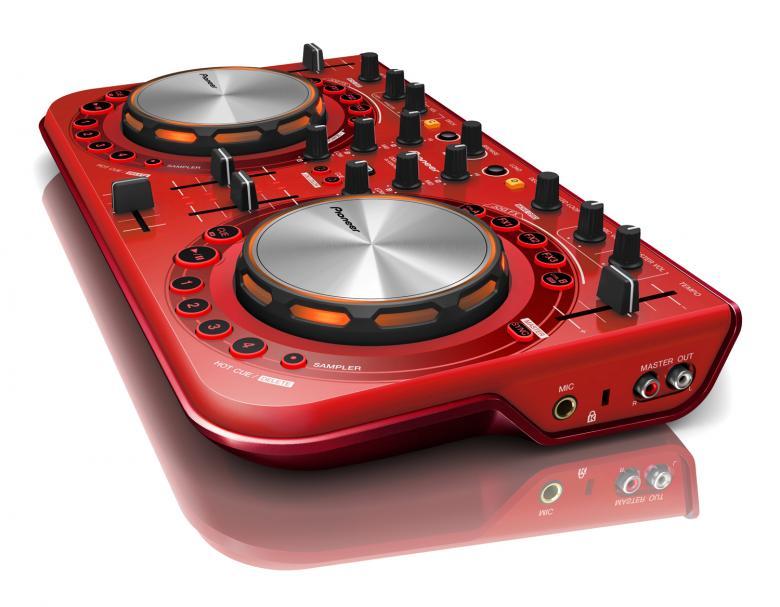PIONEER DDJ-WeGO2 DJ kontrolleri punainen Ipad&Iphone. telineellä. Ei sisällä Padia! Kontrolleri, Virtual DJ softalla varustettu. Ohjain on vain 38 cm leveä ja painaa 1,6 kg , joten voit käyttää sitä ahtaimmissakin paikoissa. Moniväriset LED JOG -valot: Saatavissa olevan runkovärivaihtoehdon lisäksi voit mukauttaa JOG-värejä oman makusi mukaan. Tässä ohjaimessa on kaikki se, mitä DJ tarvitsee – yhdessä lujatekoisessa paketissa.