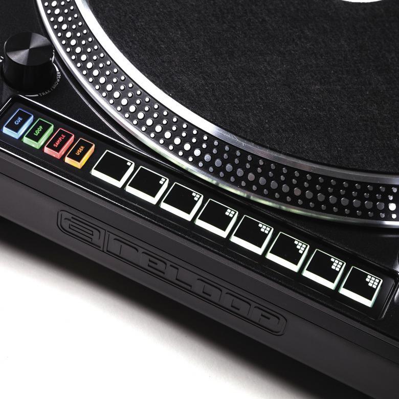 RELOOP RP-8000 M3D DJ Levysoitin Yhdistää modernin DJ-teknologian edistyneeseen levysoittimeen. Tämä suuri-vääntöinen hybridi levsoitin tuo tasapainoon suoravetoisen levysoittimen ja kontrolli-osion DJ-ohjelmallesi. Monikäyttöisillä padeilla pääset käsiksi CUE-pointteihin, luot ja käynnistät looppeja, vaihdat kontrollimoodien välillä, käsittelet sample-deckkejä, ihan mitä vaan… Luovat mahdollisuudet ovat rajattomat.