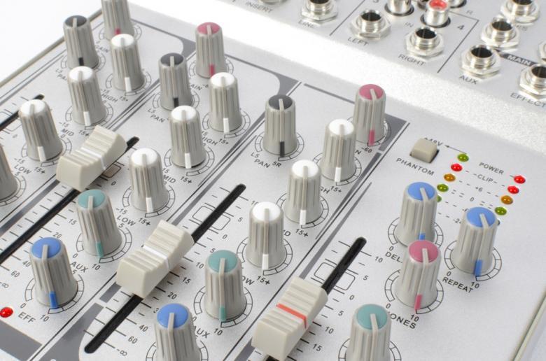 SKYTEC STL-4 Pikkumikseri HOPEA Neljä kanavaa, näppärä PA mikseri! Kaiku efektiprosessori, 1x stereo, 2x mono sekä tape in/ out. Liukusäätimet kaikille kanaville. 48V phantom power mikrofoneille.Kuuloke ulostulo säädöllä. Erittäin pienikokoinen. mitat 190 x 230 x 50mm sekä paino 2,0kg.