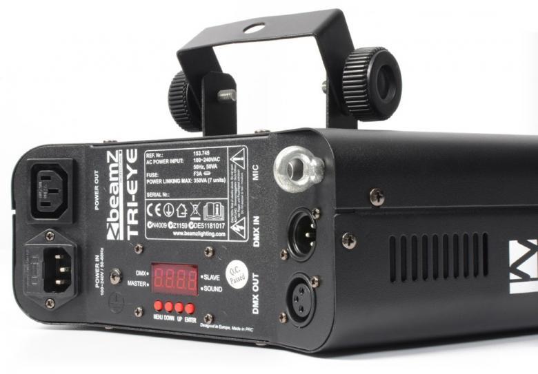 BEAMZ TRI- EYE DMX LED 15x 3W RGBWA valo-efekti Varustettuna 15:lla RGBBA LEDllä the Tri-EYE on höyhenenkevyt DMX valoefekti joka heijastaa kuvioita ilman liikkuvia osia. Kirkkaat linssit tarjoavat vaikuttavan ilmavia efektejä ja teräviä valosäteitä, peittäen laajan alueen. Automatiset ja ääni-aktivoidut ohjelmat voidaan helposti käynnistää DMX:llä, stand-alone moodissa tai antaa esi-ohjelmoitujen efektien tehdä työtään. Laite voidaan linkittää Master/slave moodiin.