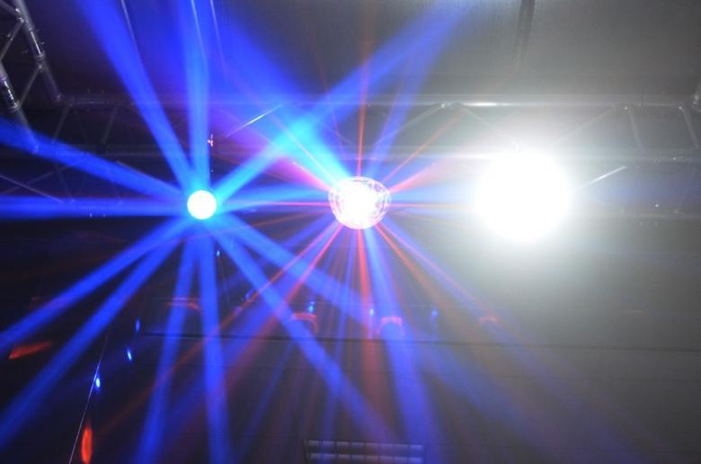 BEAMZ Disco Valopaketti-1 MINISTAR+STROBE+ FLOWER kolmen laitteen valopaketti. Väriä ja liikettä uuden LED-teknologian tehostamana. Kotiin, keikalle, bileisiin piristäjäksi tai vaikka baariin! Tämä valoefekti on todella upean näköinen ja voidaan asentaa tasolla, eli pöydälle tms. tai kattoon. valosetti 1.