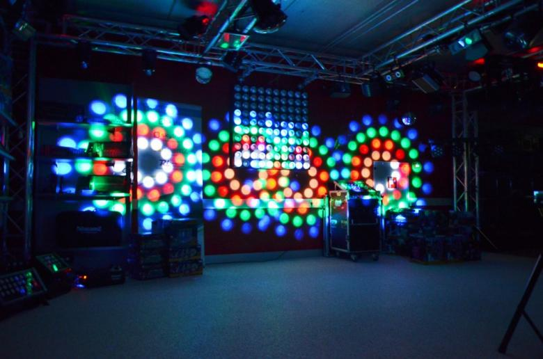 BEAMZ 4-Some LED-valosetti 4x57 RGBW DMX Läpinäkyvät spotit. Neljän valon kimppa! Tässä 4-Some valo-efektissä on 4 LED sädekimppuefektiä jotka on helppo asentaa mukana tulevaan T-tankoon. Kaikki 4 laitetta voidaan suunnata erikseen ja niitä ohjataan kuudella DMX-kanavalla joilla voidaan luoda kauniita valo-ohjelmia. Jokaisessa laitteessa on 57 RGB LEDiä suurella valontuotolla ja ne pystyvät tuottamaan hienoja kuvioita. Helpon käytön takaamiseksi laitteet toimivat myös sisäisillä ohjelmilla tai ääni-ohjattuina. Master/Slave-asetuksella kaikki valot saa seuraamaan samaa ohjelmaa. T-Bar sopii kaikkiin BEAMZ-valostandeihin joten 4-some on täydellinen ratkaisu millä tahansa keikkareissulla. Virtalähde: 220-240Vac / 50Hz, Mitat: 838 x 89 x 318mm, Paino: 5,7kg (per unit)