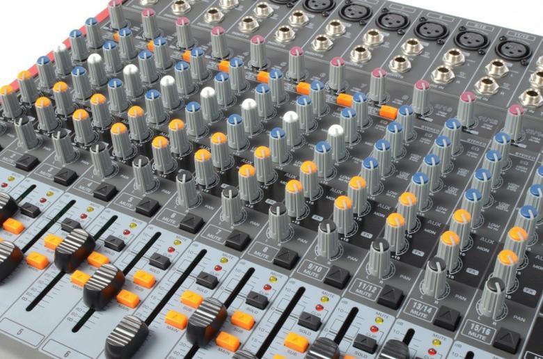 POWERDYNAMICS PDM-S1603 16-kanavainen mikseri MP3 / USB / SD soittimella!16-kanavainen mikseri vaikkapa live käyttöön. USB / SD paikat MP3 soittoa varten. Sisäänrakennettu, säädettävä kaiku DSP. Monipuoliset liitännät, Phantom syöttö, 3-alueinen EQ jokaisella kanavalla sekä 9-alueinen master EQ.