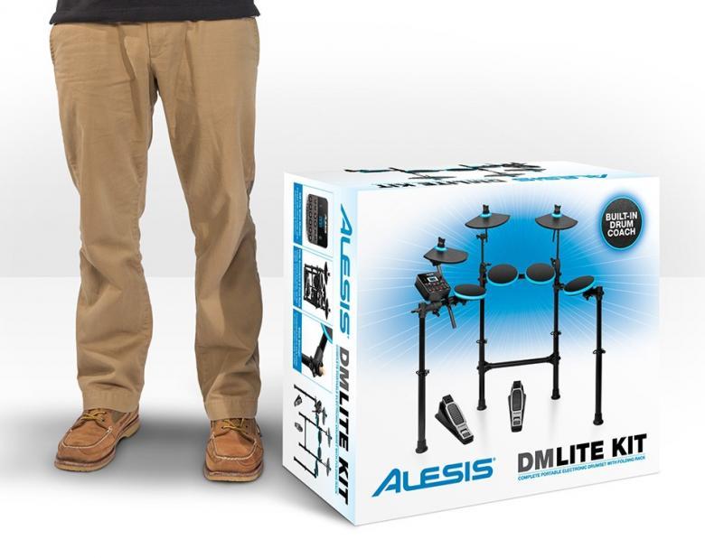 ALESIS DM LITE KIT sähkörummut valmis kokonaisuus.DM Lite Kit mahdollistaa täysipainoisen harjoittelun muita perheenjäseniä ja naapureita häiritsemättä. Ja hinnaltaan se on riittävän edullinen vaikkapa lahjaksi! DM Lite Kit on esiasennettu 4-jalkaiseen räkkitelineeseen, jossa symbaalit ja padit ovat valmiiksi paikoillaan. Yksinkertaisesti levitä jalat, laita padit ja symbaalit sopivalle etäisyydelle ja säädä kokonaiskorkeus halutuksi käyttäen pikalukollista korkeudensäätöä - työkaluja ei tarvita. Pedaali mukana. Penkki hankittava erikseen.