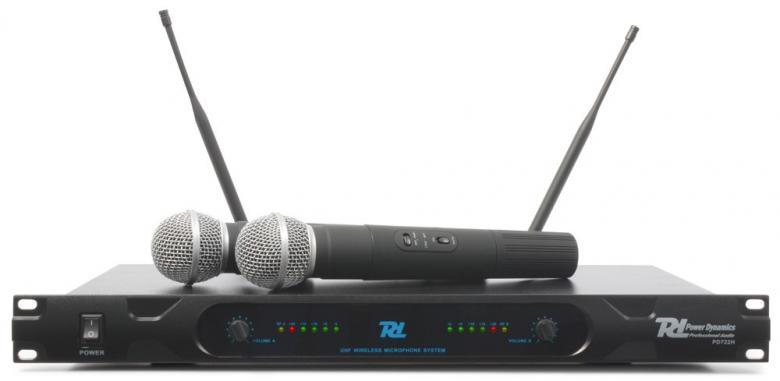 POWERDYNAMICS PD722H Langaton mikrofonijärjestelmä kahdella käsilähettimellä (mikrofonilla). Järjestelmä toimii UHF-taajuusalueella 863-865MHz (luvasta vapaa taajuusalue). Edullinen järjestelmä sisältää kaksi kanavaisen vastaanottimen, kaksi käsilähetintä (mikrofonia) ja alumiinisen kuljetuslaukun. Mikrofonijärjestelmä soveltuu tiskijukille, juontajille, puhujille, laulajille, kuin myös karaokekäyttöön.