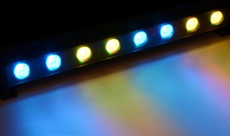 POISTO Beamz PRO LCB-24 LED-palkki 8x 3W TCL LEDiä 4 lohkoa 25º. Tässä 3-14 kanavaisessa DMX LED tangossa on 8 värillistä LEDiä (Tri Color) ja se on suunniteltu moniin käyttötarkoituksiin. Tässä laitteessa on mahdollisuus staattisiin väreihin, stroboon, himmentimeen ja värien sekoitukseen. Useita eri käyttömoodeja sekä säädettävä nopeus. Mitat 505 x 130 x 66mm sekä paino 2,7kg.