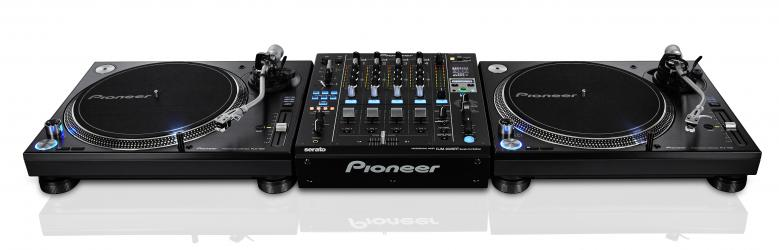 PIONEER PLX-1000 Levysoitin DJ käyttöön Tiskijukkien ja clubien tarpeisiin vastaava huippu DJ soitin.  Soittimessa erittäin suuri vääntö, jonka ansiosta käynnistysnopeus 33 kierrokseen minuutissa on vain 0,3 sekuntia. Tempo ±8%, ±16% and ±50%, Tempo reset nappula, kullatut RCA-liittimet ulostuloissa, klassinen DJ levarin muotoilu. Toimitus sisältää pölykannen ja äänirasiakelkan, mutta ei äänirasiaa eikä neulaa. Mitat 453 x 159 x 353 mm sekä paino 13.1kg.