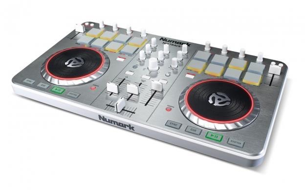 NUMARK Mixtrack 2 Digital DJ kontrolleri varustettu VirtualDJ intro softalla!Toimii MAC sekä PC laitteissa. Interface eli sisäänrakennettu äänikortti laitteen mukana!Kompakti je helposti mukana kulkeva Mixdeck on helppo yhdistää tietokoneeseesi. Useilla näppäimillä ja ohjaimilla varustetun mikserin käyttömukavuus on parempi kuin näppäimistön ja hiiren käyttäminen.