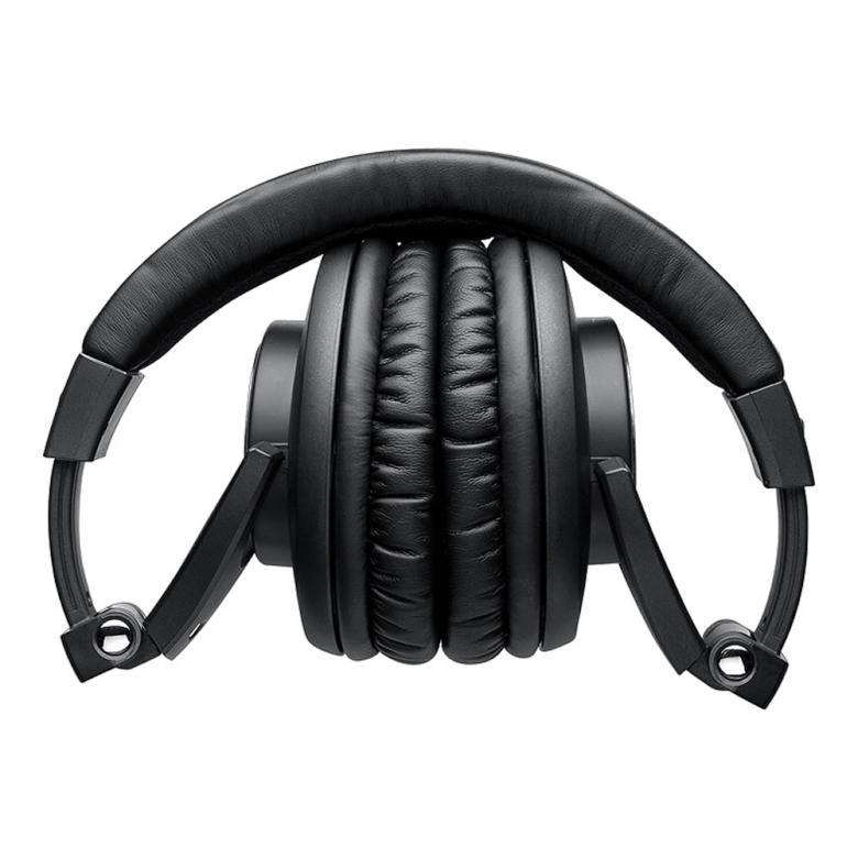 SHURE SRH840, Dynaaminen PRO Kuuloke 1000mW. Shuren Huippukuulokkeet ammattikäyttöön. Erittäin miellyttävät pitää päässä. Shuren uusissa, kriittiseen kuunteluun ja ammattikäyttöön tarkoitetuissa SRH840-kuulokkeissa äänenlaatu ja käyttömukavuus ovat korkeinta mahdollista tasoa. Suunnittelussa on huomioitu erityisesti ammattimuusikoiden ja -äänittäjien tarpeet. Leveä, reilusti pehmustettu panta, kokoontaitettavuus ja korvalehden peittävä, suljettu rakenne takaavat erinomaisen käyttömukavuuden, näppärän kuljetuskoon ja tehokkaan ympäristömelun vaimennuksen. Tarkkaan viritettyjen 40 mm neodyymielementtien ansiosta taajuusvaste on laaja ja selkeä kauttaaltaan. Kolme metriä pitkä kierrekaapeli on irrotettavissa lukittuvan liittimen ansiosta. Mukana tulevat vaihtopehmusteet, kuljetuspussi sekä kultapäällysteinen 6,3 mm kierreadapteri.