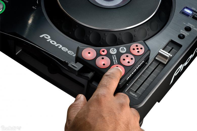 NOVATION DICER DJ-käyttöön suunnattu softa kontrolleri! DJ-käyttöön suunnattu softakontrolleri, jolla voit ohjata cue-pisteitä, luuppeja ja efektejä. Tämä pienikokoinen kontrolleri on suunniteltu mahtumaan paikkoihin missä sitä eniten tarvitaan: levarien, CDJ-soittimen, mikserin ja läppärin päälle.Dicerit toimitetaan aina kahden kappaleen pakkauksissa – yksi molemmille puolille. Dicer toimii melkein kaikissa DJ-softissa ja se on optimoitu käytettäväksi Serato Scratch Liven, Traktor Scratch Duo/Pron ja Traktor Pron kanssa