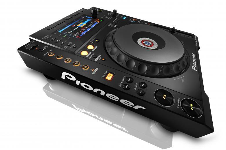 PIONEER CDJ-900NXS CD MP3 MIDI kontrolleri Uusi multiformaattisoitin digiaikaan ja siihen kuuluu monia jaettuja ominaisuuksia Dj CD-player, MP3, PRO-DJ-Tuote!. CDJ-900NXS Siihen kuuluu lisäksi vallankumouksellinen musiikkitietokannan hallintaohjelma DJ-työskentelyä varten: rekordbox™. Rekordbox-nauhoitusyksikkö perustuu 'Prepare & Perform'-konseptiimme (sekä Mac että PC) ja toimii johtavien musiikkitietokantojen hallintaohjelmien tavoin tarjoten kuitenkin paremmat mahdollisuudet luovuuteen. Lisäksi sitä on aiempia laitteita helpompi käyttää. Uutuutena soittomahdollisuus älypuhelimista ja tableteista. CDJ900, Nexus.