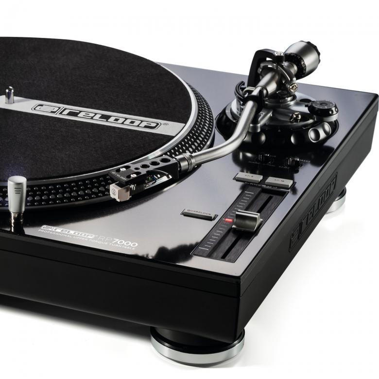 RELOOP RP-7000 DJ Levysoitin musta Yhdistää modernin DJ-teknologian edistyneeseen levysoittimeen. Tässä korkealaatuisessa levysoittimessa on voimakas moottori joka takaa korkean vääntömomentin. Soittotuntuma on tarkka. Toimitetaan ilman rasiaa ja neulaa. Mitat 458 x 144.6 x 354 mm  sekä paino 9,5kg.