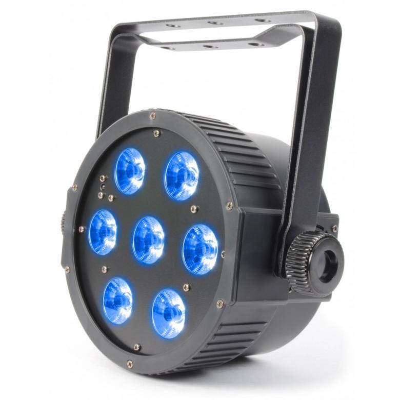 BEAMZ LED FLAT-PAR Spotti 7x15W RGBAW IR-kaukosäädin, aukeamiskulma 23 astetta. Tässä FLAT-PAR mallisessa valonheittimessä on 7 kpl superkirkasta RGBAW LEDiä kompaktissa kuoressa joka mahtuu lähes mihin tahansa. Laite tarjoaa runsaan valikoiman staattisia värejä sekä värisekoituksia. Laitteessa sisäänrakennettuna automaattisia sekä ääniaktivoitavia ohjelmia, strobo, sähköinen himmennys ja vaihteleva nopeuspulssi efekti käyttöön kiireessä. Voit myös luoda oman lookkisi käyttämällä 9-kanavaista DMX-moodia. Mahdollisuus ketjuttaa useita laitteita.