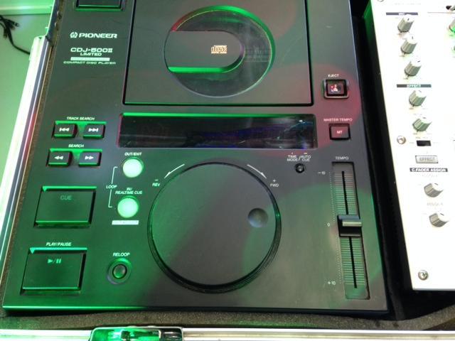 VUOKRAUS Vuokraa mikseri+CD sekä 2 kpl CD soitin. 1kpl Technics SH- MZ 1200 4 kanavainen club dj mikseri, digitaalinen 2kpl Pioneer CDJ-500S DJ CD-soitin, näppärä koko+ kuljetus laatikko. Todella loistava kuntoinen setti alkuperäisessä PIONEER CASESSA. Casessa on ulkoinen virtasyöttö IEC sekä ulkoiset XLR ulostulot.</br> </br> <B>Hinta laite/vrk - EI VOI TILATA NETTIKAUPAN KAUTTA</br> Tilaus puhelimitse: (09) 342 4220 tai sähköpostitse webshop@discoland.fi</B>
